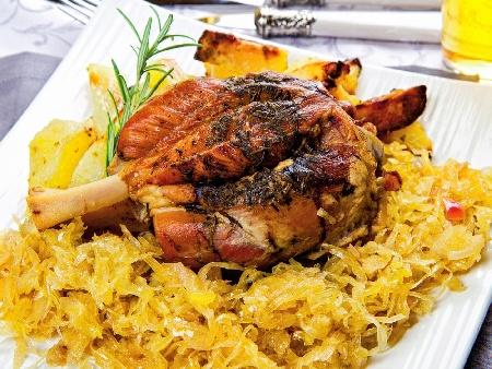Бавно печени свински джолани с кожа с хрупкава коричка с кисело или прясно зеле, пушен бекон и червено вино на фурна - снимка на рецептата